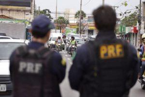 Policiais Rodoviários Federais em trabalho de campo